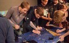 Freshmen sign graduation pledge